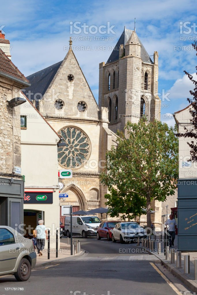 Church of Notre-Dame in Chambly Chambly, France - September 09 2020: Notre-Dame Church is a Catholic parish church located in the heart of the city. According to tradition, the impetus for its construction was given by Saint Louis, when he stayed in the city in 1248. Ancient Stock Photo