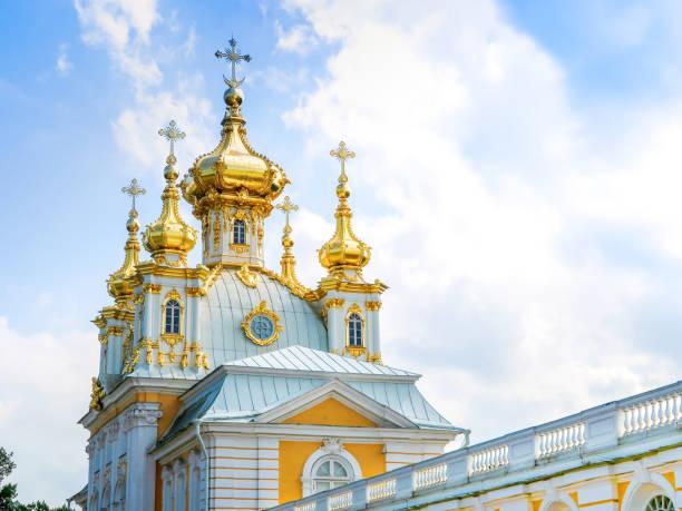 kerk van de heiligen petrus en paulus in peterhof paleis, sint-petersburg, rusland - peterhof stockfoto's en -beelden