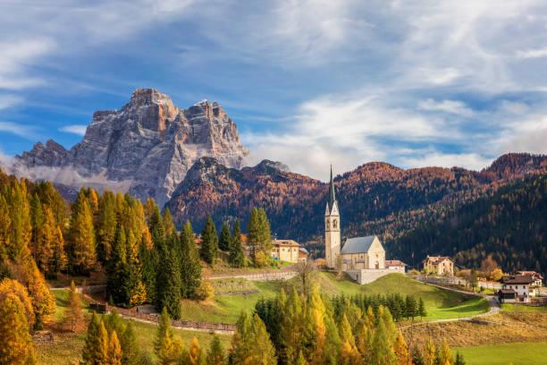Kirche von Selva Di Cadore und Monte Pelmo Peak – Foto