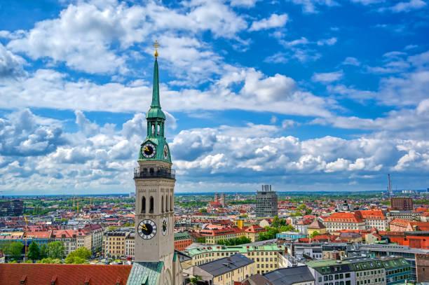 church of st peter ligger i marienplatz i münchen, tyskland - sankt peterskyrkan münchen bildbanksfoton och bilder