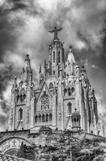 church of the sacred heart, tibidabo mountain, barcelona, catalonia, spain - jesus and heart zdjęcia i obrazy z banku zdjęć