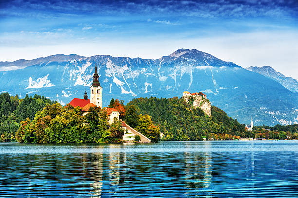 church on island in lake bled, slovenia - 斯洛維尼亞 個照片及圖片檔