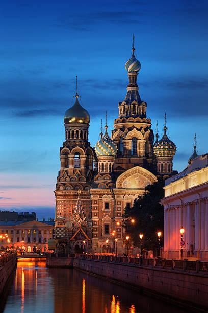 church on verschütteten blutes bei nacht - russisch orthodoxe kirche stock-fotos und bilder