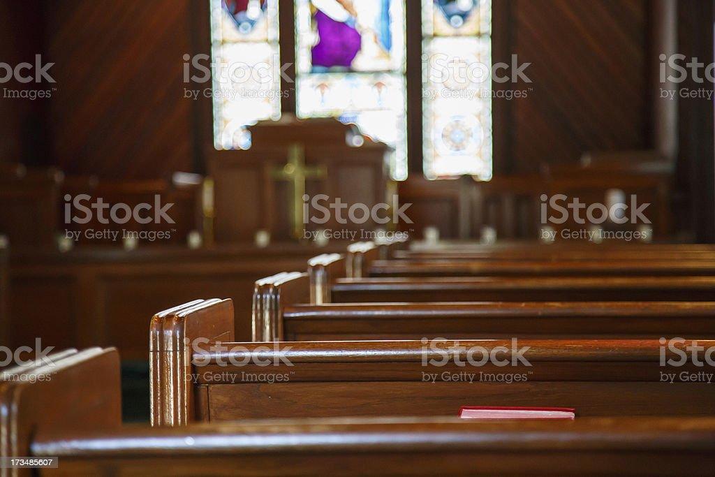 Église Vitrail au-delà des bancs avec Chaire - Photo