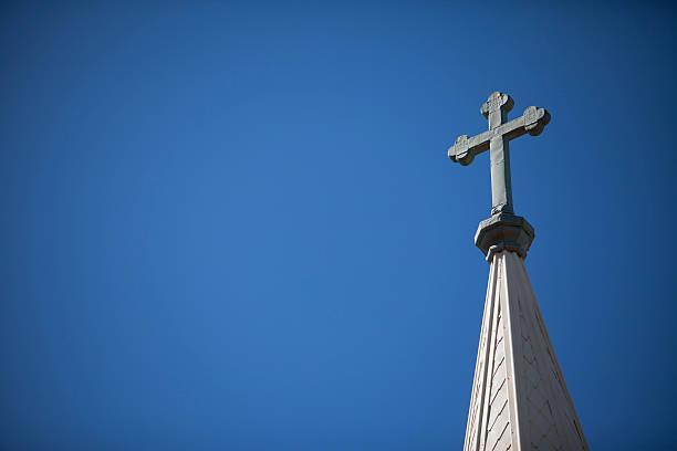 kirche kirchturmspitze und cross - kirchturmspitze stock-fotos und bilder
