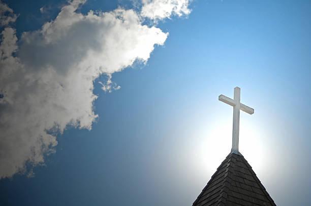 kirche kirchturmspitze backlighted von der sonne - kirchturmspitze stock-fotos und bilder