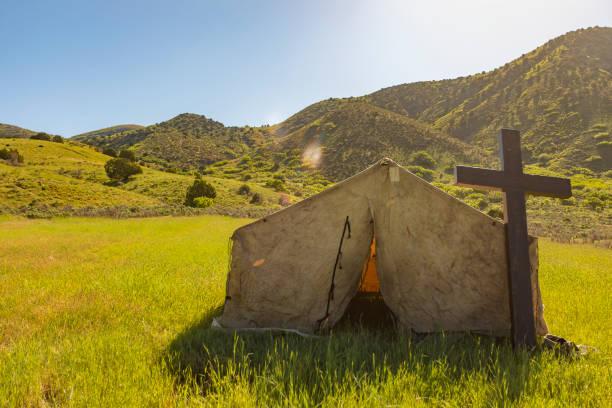 church tent and cross in a field - historycyzm zdjęcia i obrazy z banku zdjęć