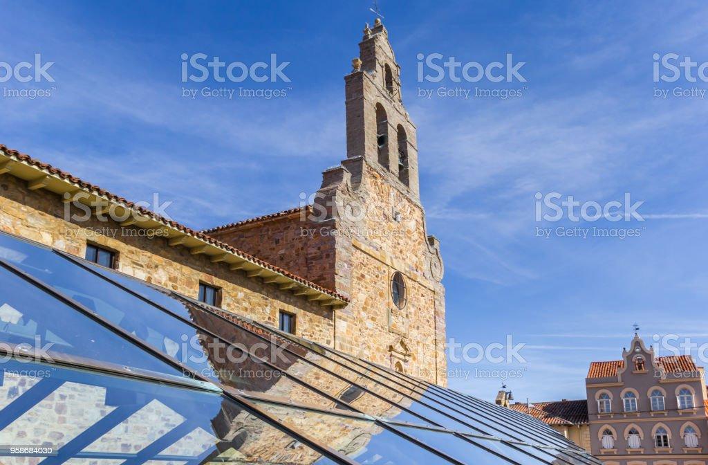 Torre de la iglesia con la reflexión en el techo de cristal en Astorga, España - foto de stock