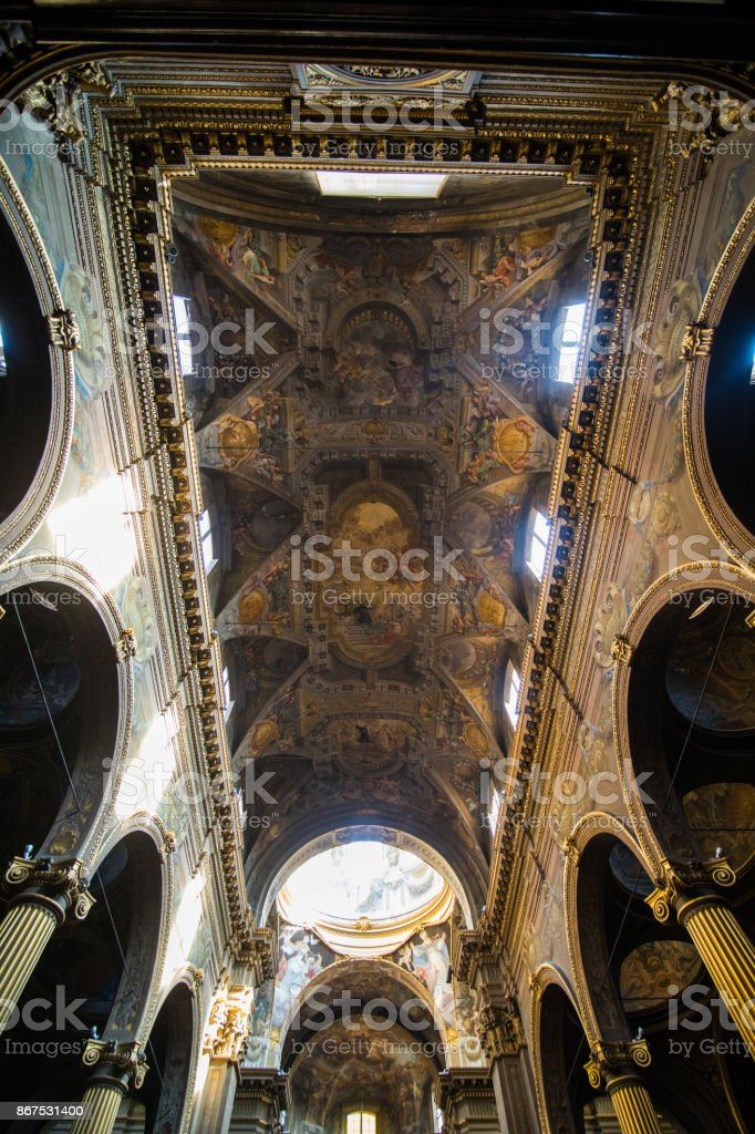 Bologne, Italie - octobre 2017: Église Découvre la ville de Bologne, Italie. Galet Pierre rue avec bornes. Bâtiments Renaissance. - Photo