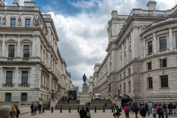 churchill war rooms und robert clive memorial gesehen von king charles street in london, england, großbritannien - london themenzimmer stock-fotos und bilder