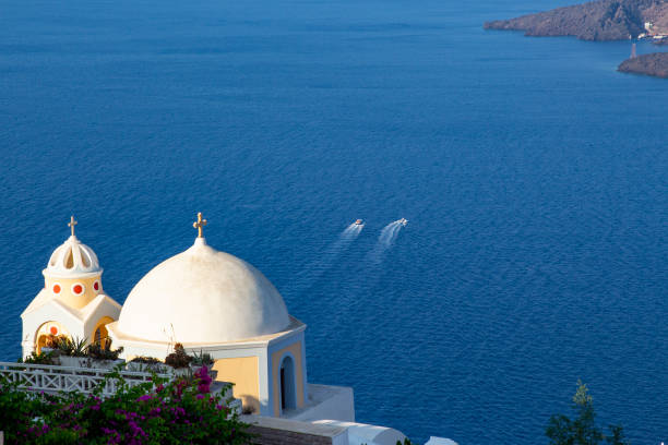 kirchlichen kuppel mit einem ozean backgroung auf santorini, griechenland - fira stock-fotos und bilder