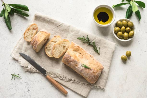 올리브 오일을 곁들인 시아바타 빵 - 치아바타 빵 뉴스 사진 이미지