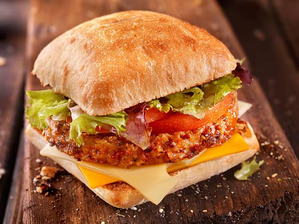 치아바타 cheeseburger 함께 토마토 및 혼합됨 그린 - 치아바타 빵 뉴스 사진 이미지