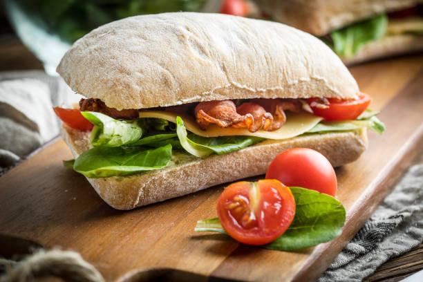 arugula 샐러드, 베이컨, 노란 치즈와 ciabatta 샌드위치. - 치아바타 빵 뉴스 사진 이미지
