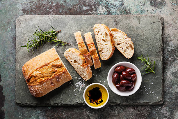 치아바타 빵, 올리브 오일, 올리브 - 치아바타 빵 뉴스 사진 이미지
