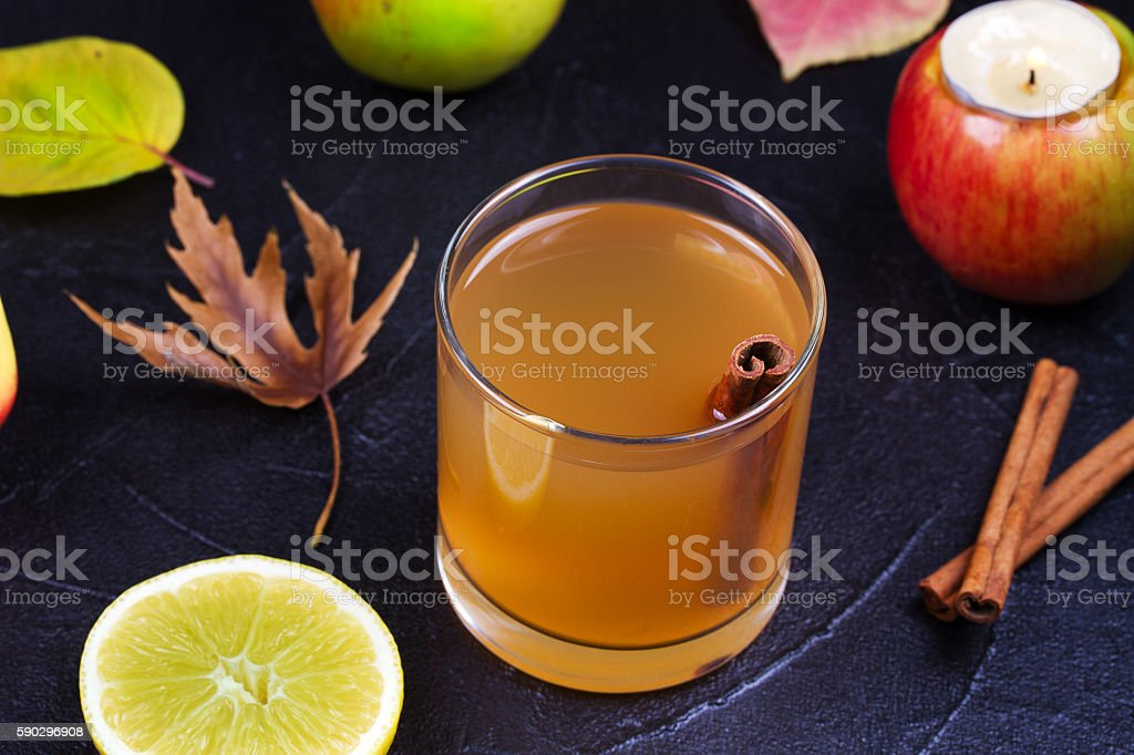 Cider glass with apples, lemon and cinnamon royaltyfri bildbanksbilder
