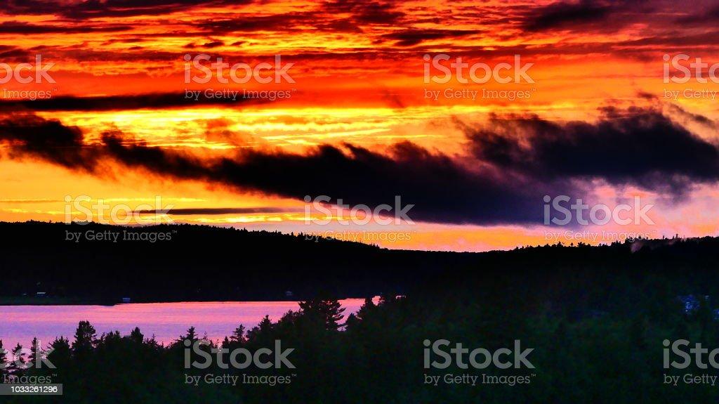 Ciel aux couleurs vives par le coucher de soleil stock photo
