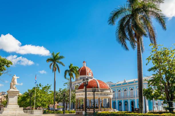 Cienfuegos Jose Marti Central Park mit Palmen und historischen Gebäuden, Provinz Cienfuegos, Kuba – Foto
