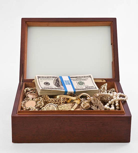 cigar box schatzkiste - goldgefüllte kette stock-fotos und bilder