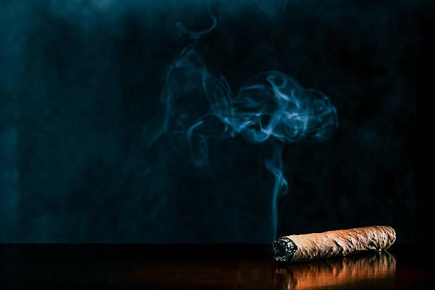 cigar on dark background - guy with cigar stockfoto's en -beelden