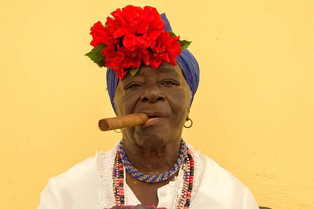 zigarre rauchen dame in kuba - ohrringe rose stock-fotos und bilder