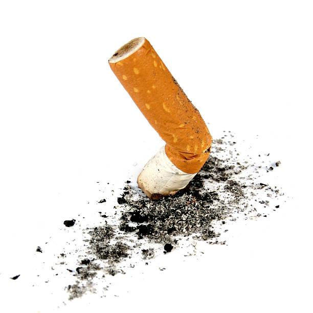 cigarett con cenere isolatet - cicca sigaretta foto e immagini stock