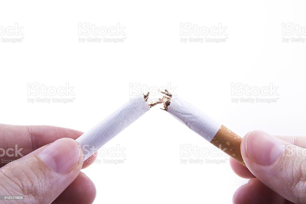 Cigarrillo roto en la mitad - foto de stock