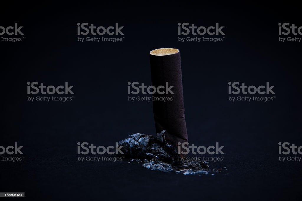 Guimba de Cigarro sentado na ash - foto de acervo