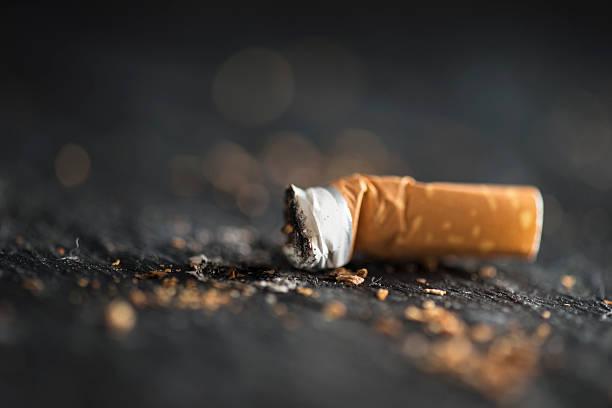 sigaretta fine - cicca sigaretta foto e immagini stock