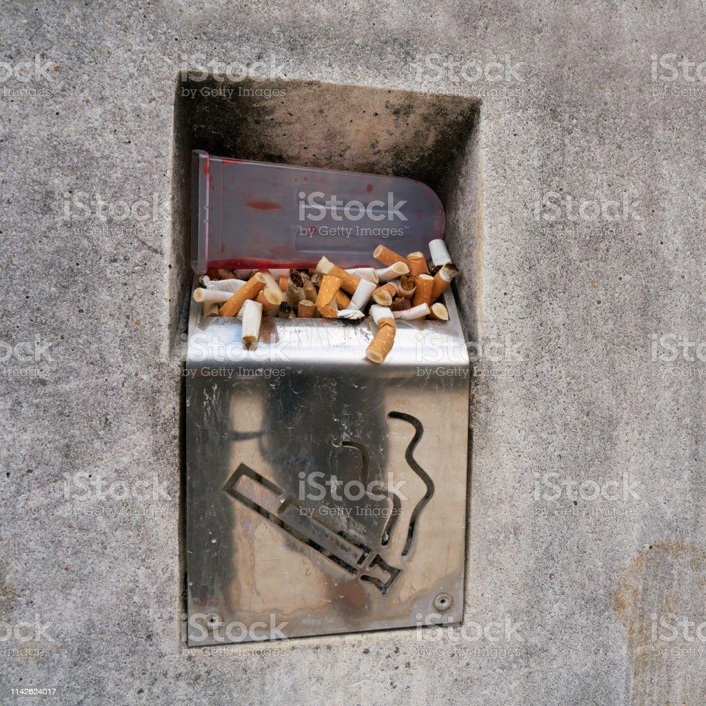 Zigaretten im Aschenbecher am Wegesrand – Foto