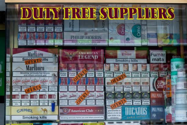 cigarettes on sale on a duty free shop in gibraltar - cigarettes in duty free foto e immagini stock