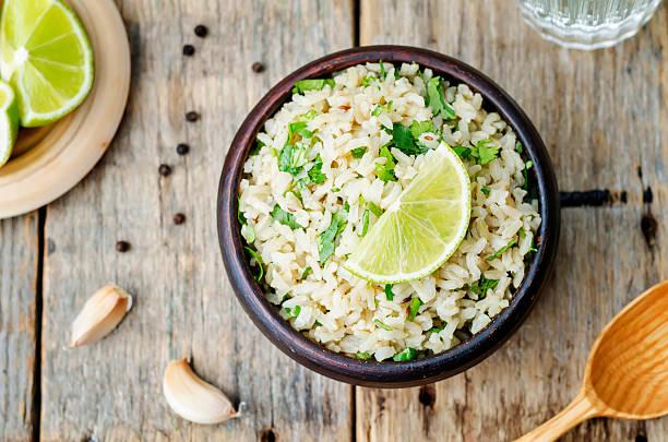 koriander-limonen und knoblauch brown rice - reisgerichte stock-fotos und bilder