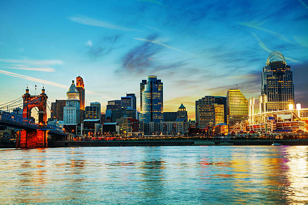 Cincinnati downtown overview Cincinnati downtown overview early in the night cincinnati stock pictures, royalty-free photos & images