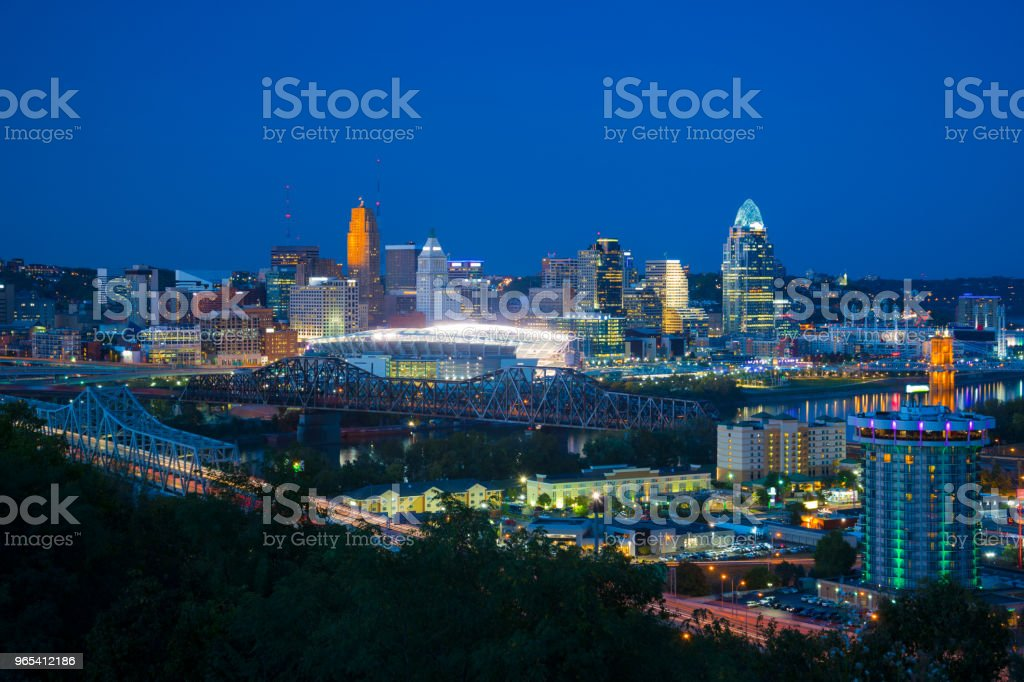 Cincinnati Skyline w/ Bridges and River at Dusk zbiór zdjęć royalty-free