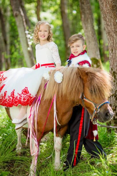 cinderella und prinz mit pony - abschiedswünsche stock-fotos und bilder