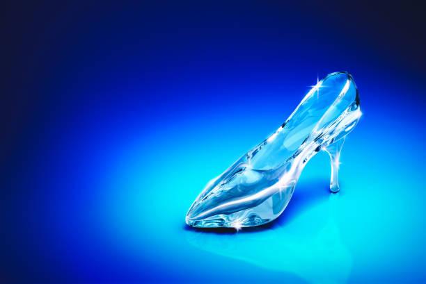 cinderellas glasschuh auf blauem hintergrund / 3d gendering - prinzessinnenschuhe stock-fotos und bilder