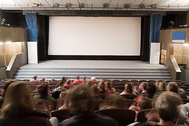 Cinema auditório com as pessoas - foto de acervo