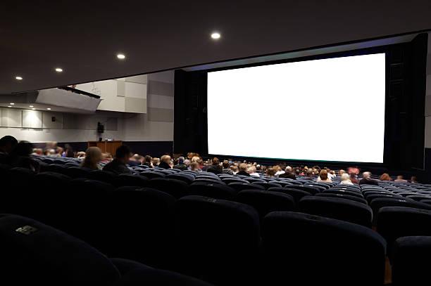 Cinema auditório com as pessoas. - foto de acervo
