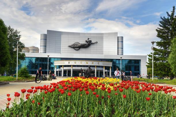kino-konzert-theater kosmos in jekaterinburg. russland - universum city kinos stock-fotos und bilder