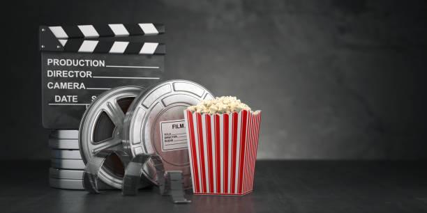 kino film konzept hintergrund. filmrolle und band, popcorn und klappe auf schwarz grunge hintergrund - filmplakate stock-fotos und bilder