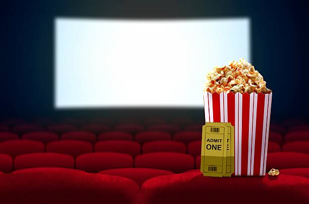 Assentos de Cinema e pipoca de frente para a tela de vídeo vazio - foto de acervo