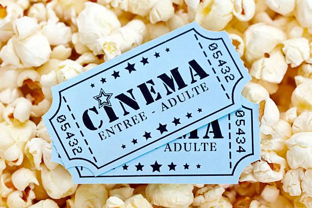 popcorn e biglietti del cinema - biglietto del cinema foto e immagini stock