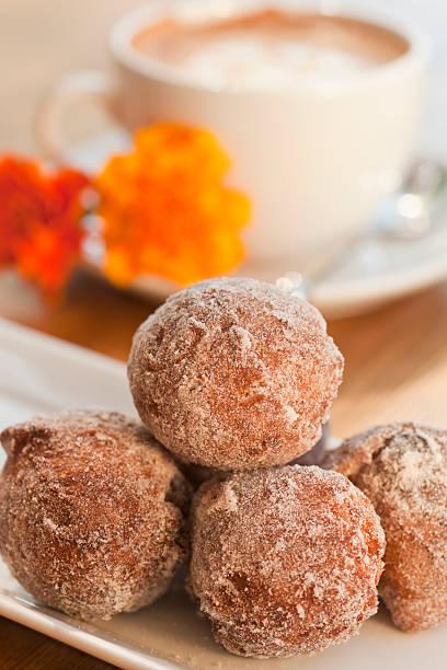 Rosine-beignets mit Zimt und golden – Foto