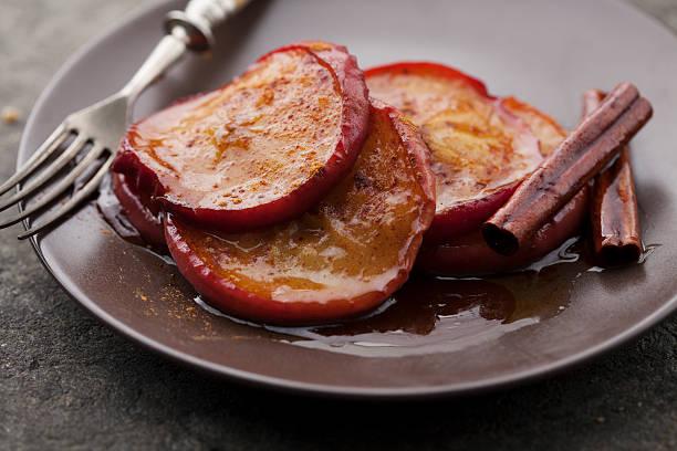 zimt äpfel - bratäpfel stock-fotos und bilder