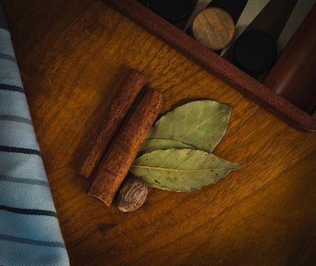 계 피 육 두 구 및 베이 잎 나무 테이블에 휴식 0명에 대한 스톡 사진 및 기타 이미지