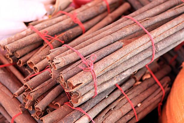 cinnamon sticks nahaufnahme - pictafolio stock-fotos und bilder