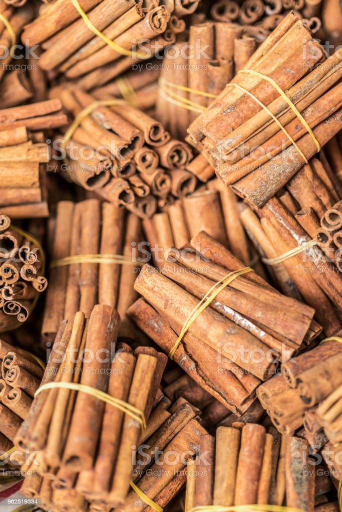 Paus de canela em um mercado - Foto de stock de Canela royalty-free