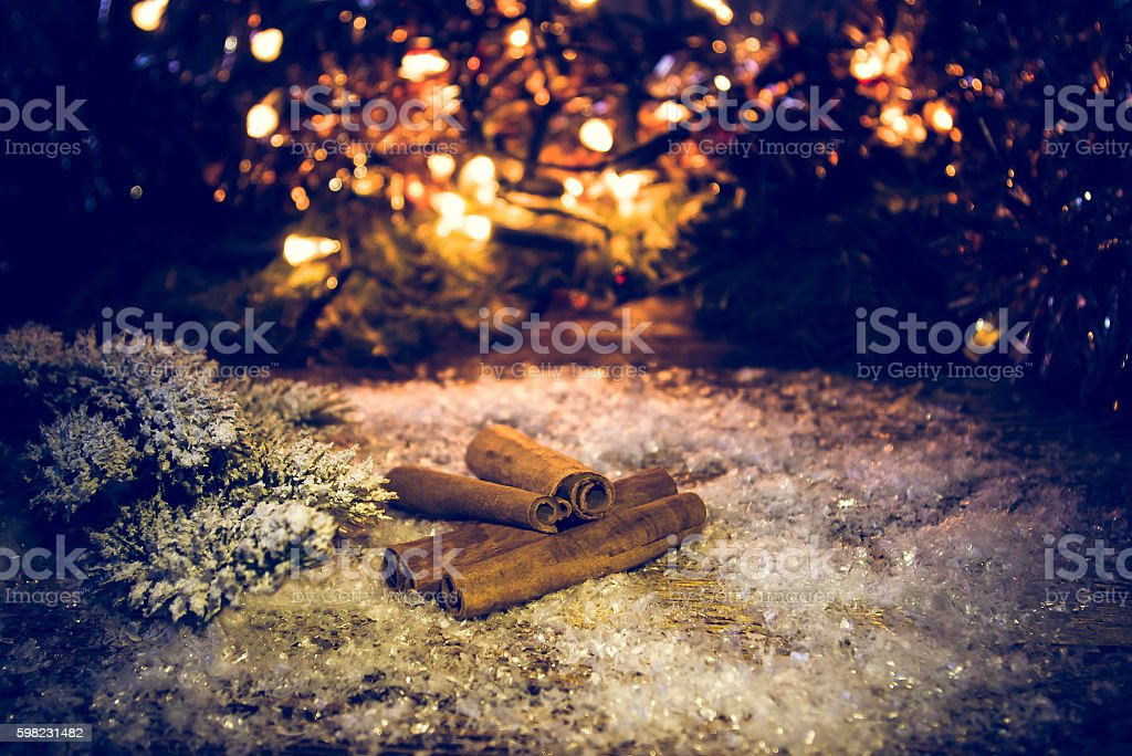 Cinnamon sticks in the snow. Color toned. foto royalty-free
