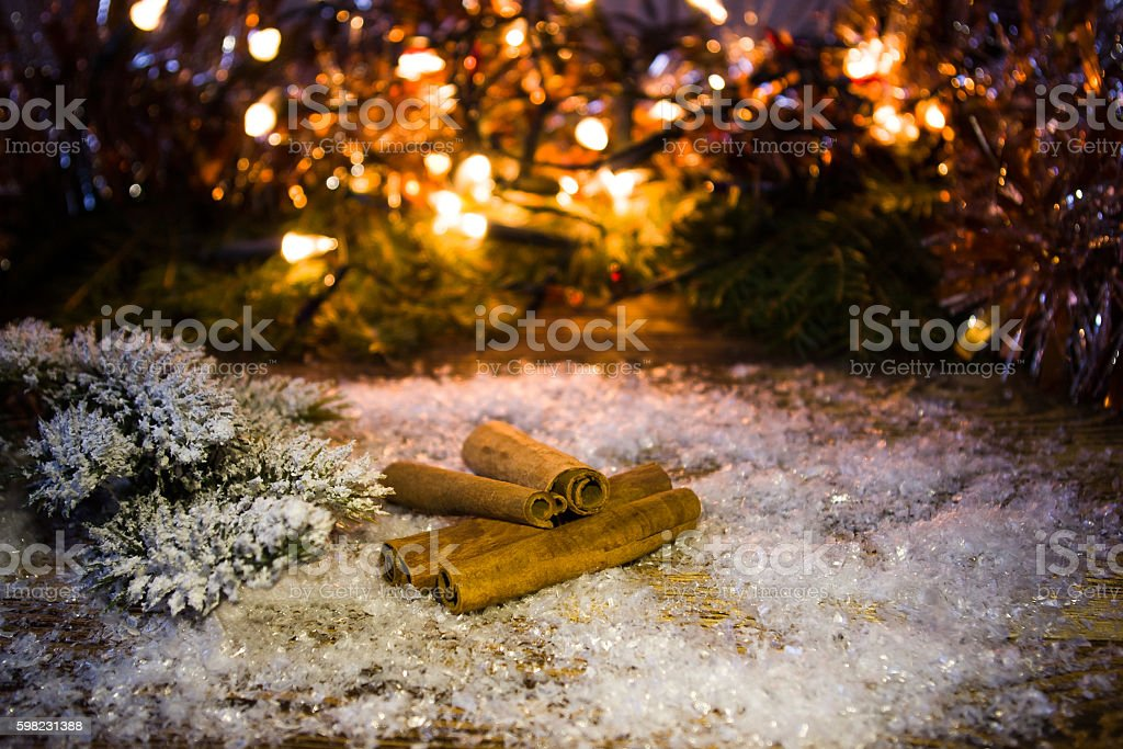 Cinnamon sticks in the snow. foto royalty-free