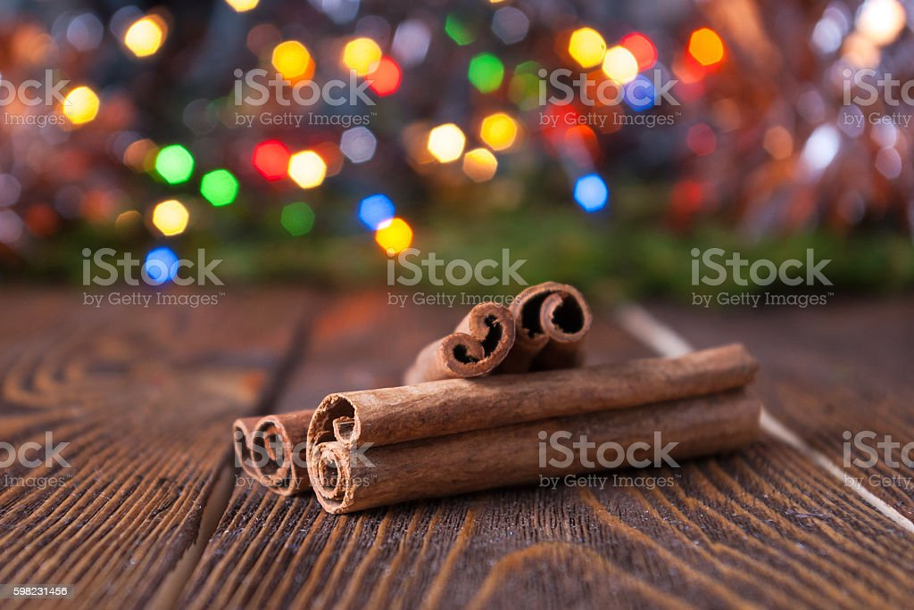 Cinnamon sticks on a background of blurred light. foto royalty-free